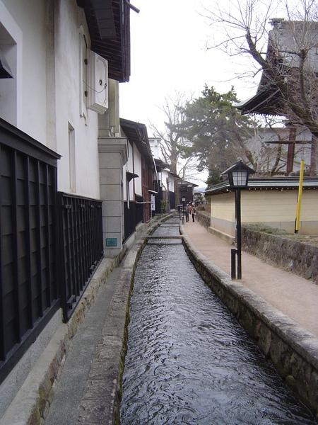 飛驒古川有名的瀨戶川白壁土藏街