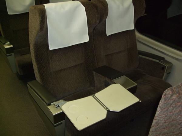 指定席的座位!椅背厚一點,餐桌是從旁邊拉出來