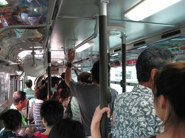 公車裡擠著滿滿要去看花火的人