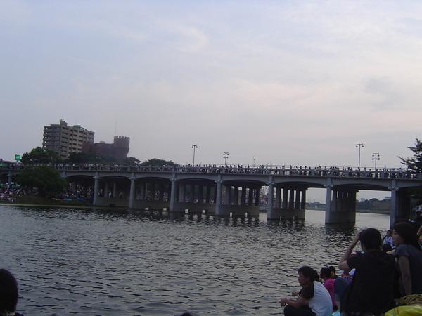 橋的另一端就是花火施放處