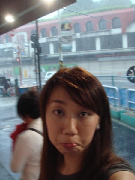 突然下起午後大雨.....被困住了拉