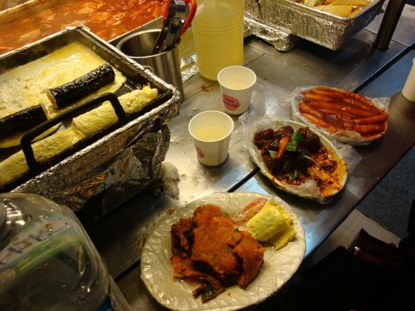右到左:辣炒年糕,血腸,泡菜煎餅,全都好吃到爆炸又便宜