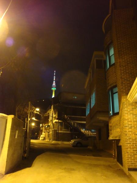 爬完該死的陡階梯,眼看民宿就在眼前,夜晚的首爾塔還不錯美麻