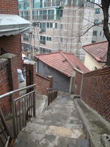 看看這樓梯有多陡,真是要死了
