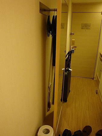 連身鏡後還有衣桿可以掛衣服,真會利用空間