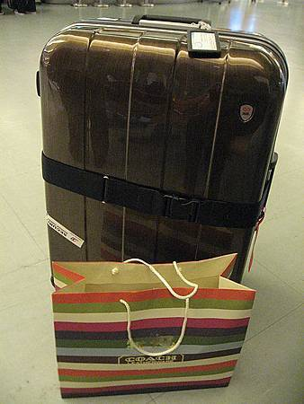 新行李箱頭一次出門就被擦的傷痕累累