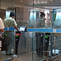 先感應護照再掃描指紋,通關20秒完成!
