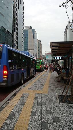 弘大入口站到站!居然在路中間的站牌下車