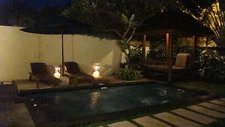 夜晚的泳池
