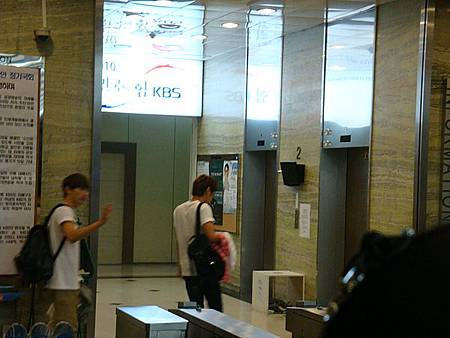 粉絲整群衝去電梯口(跟著人群衝就對啦!衝阿!!!)