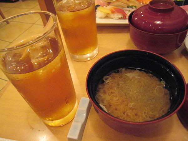 壽司清的壽司套餐之味增湯和烏龍茶
