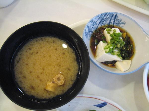 京都二塔飯店的早餐─味增湯和涼拌豆腐
