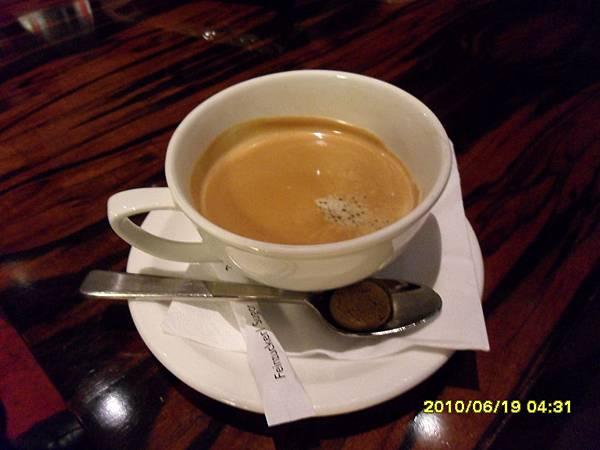 這是在德瑞,第一次叫咖啡來喝,外加一顆像糖的東西,結果被我和姐先吃掉了