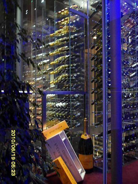 這是他們放葡萄酒的地方,約有兩層樓