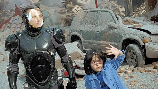 charlie-hunnam-and-mana-ashida-in-pacific-rim_original.jpg