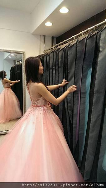 【去伊頓自助婚紗工作室挑選禮服】試穿白紗篇
