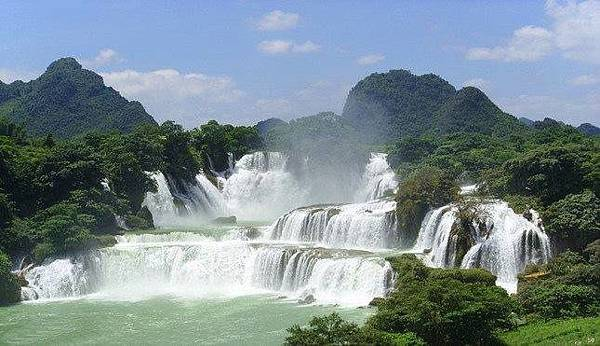螺絲灘瀑布位於黃果樹瀑布下游1公里處,