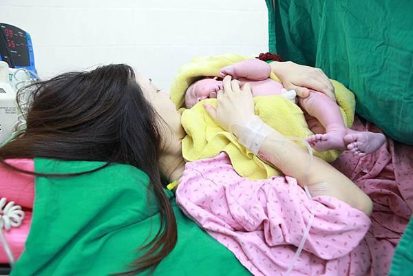 晚上10點入院待產,一直到隔日下午4點......最後幾乎是護理人員幫我用「壓」的生出來.....