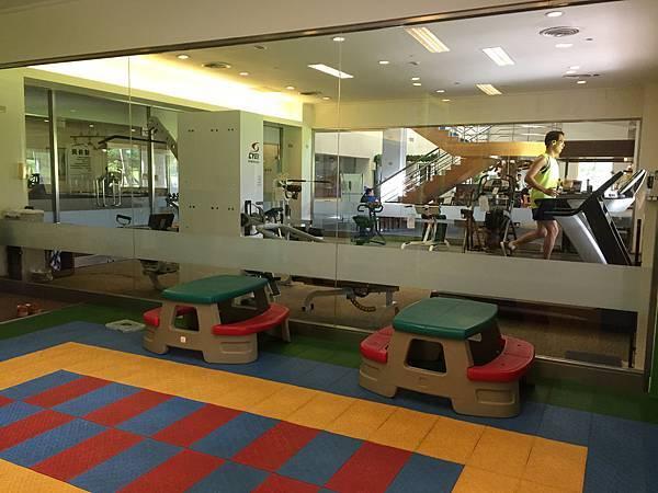遊戲室旁是健身房。