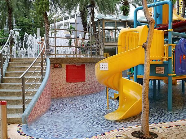 泳池都是溫泉水,可以看到標示溫度是36度,玩起來很舒服!