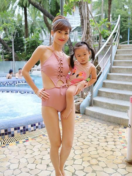 另一個重點是單手抱11.5公斤女兒。