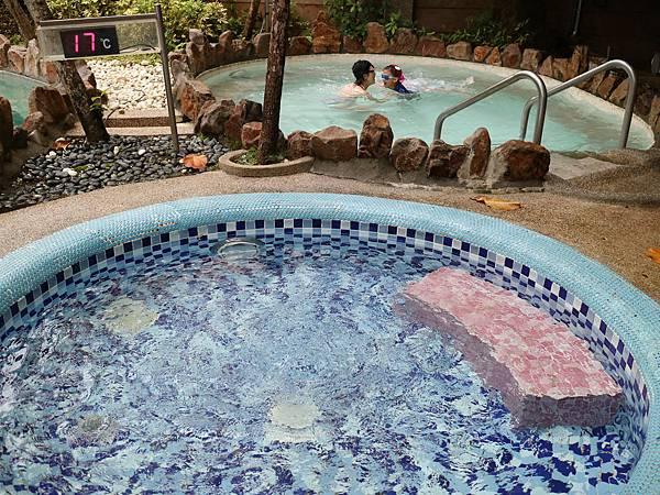另一區是綜合香精油溫泉池,這是冰水池和冷水池。