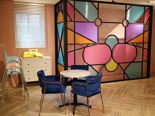 絨布椅和大理石紋小圓桌﹐配上一隅的彩色幾何入境﹐質感和色感不錯
