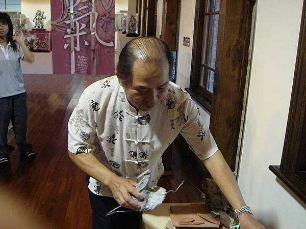 09年總爺展 曾文家商社團蒞臨  火獅示範剪黏工法.JPG