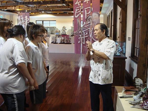 09年總爺展 曾文家商社團蒞臨  火獅解說剪黏工具.JPG