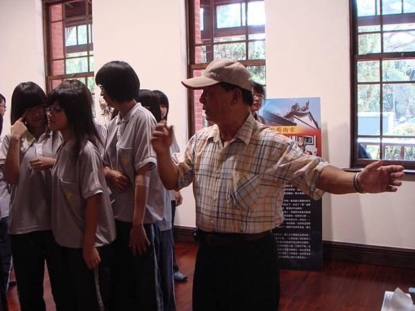 09年總爺展 曾文家商社團蒞臨  陳老師帶領社員參觀.JPG