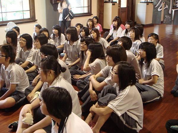 09年總爺展 曾文家商社團蒞臨  導覽師阿布介紹.JPG