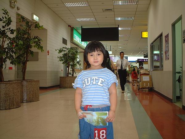 芳桂女兒於機場.jpg