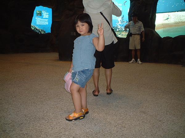 芳桂女兒於海龜館.jpg