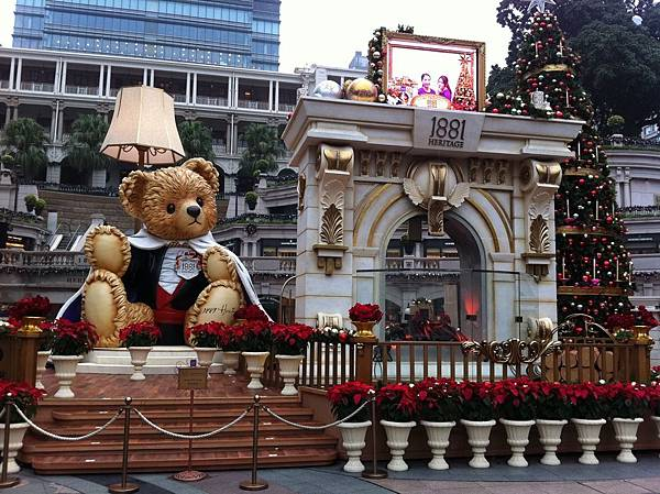 HK_1881_Heritage_TST_Salisbury_Road_Christmas_bear_stage_TV_Nov-2012
