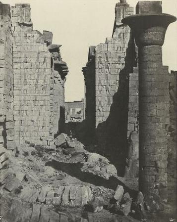 Thèbes. Palais de Karnak, cour des Bubastites et entrée principale de la salle hypostyle, 1852