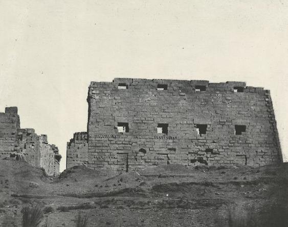 Thèbes. Palais de Karnak, grand pylone du s-o, 1852