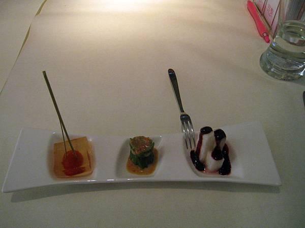 20110604慶生_舒果 新米蘭蔬食_03前菜_藍莓山藥+彩椒水蓮+蒟蒻蕃茄.JPG