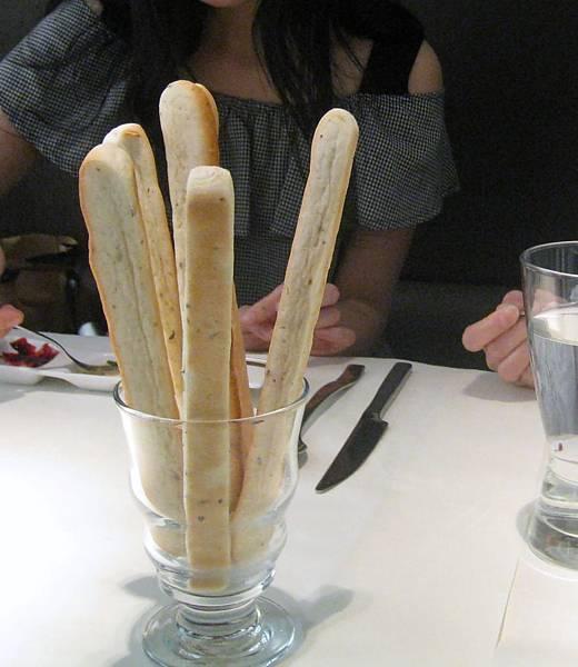 20110604慶生_舒果 新米蘭蔬食_04麵包_迷迭香火柴麵包.JPG