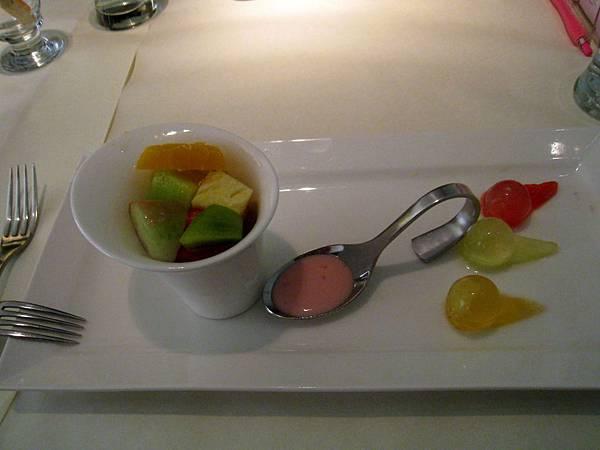 20110604慶生_舒果 新米蘭蔬食_05沙拉_優格水果沙拉.JPG