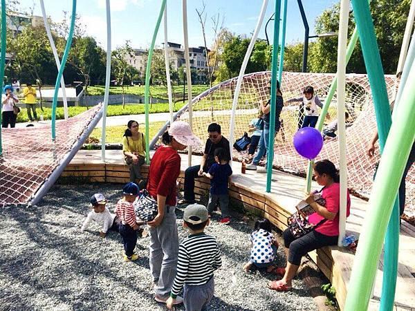 豐蕊織間-以多片編織網床為花瓣-打造富飽和色彩盛開花朵-成為孩子們的大地遊樂.jpg