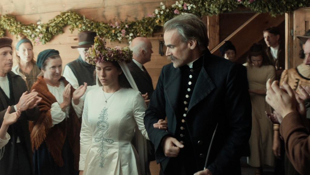 0928 《心之物語》女主角莉莎白在父親陪伴下,含淚走進自己的婚禮.jpg