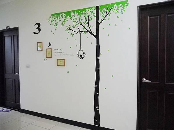 電梯出口都貼壁紙和樓層