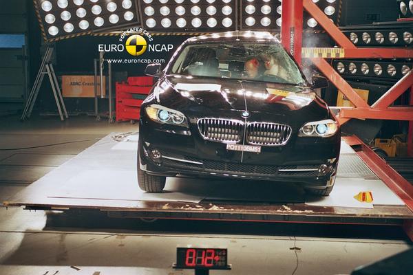 BMW 新5 NCAP 圓柱側撞.jpg