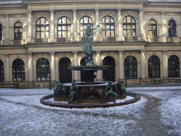 Hamburg市政廳後的紀念瘟疫噴泉-2
