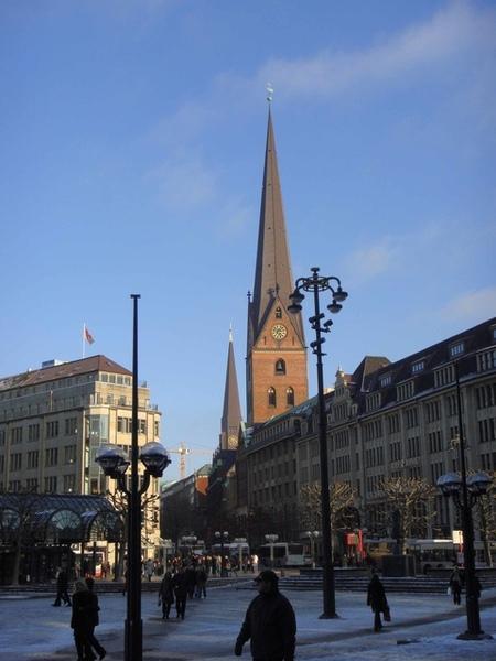 Hamburg市中心一角,兩教堂併排
