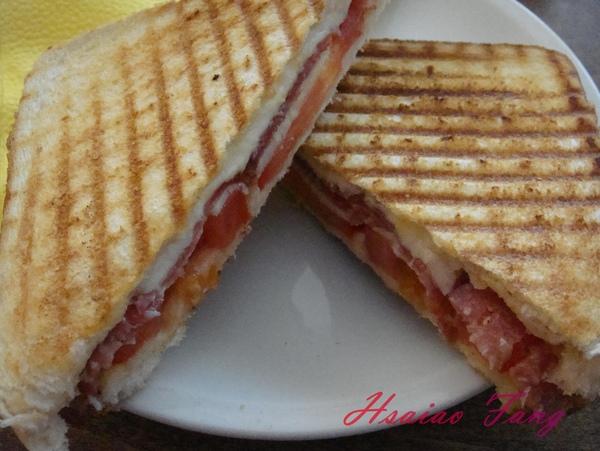 Berlin Coffein-bar的Toast mit Salami Tomate und Mozzarella-2.jpg