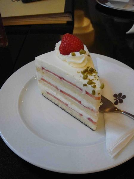 Niko Hotel Erdbeer Sahne Torte-2.jpg