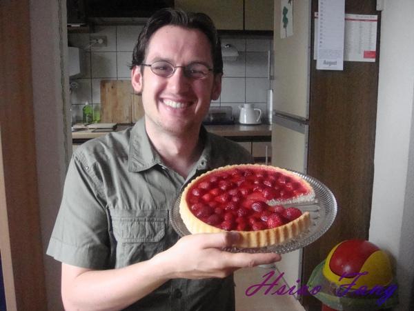 賢慧的男人和他做的草莓蛋糕.jpg