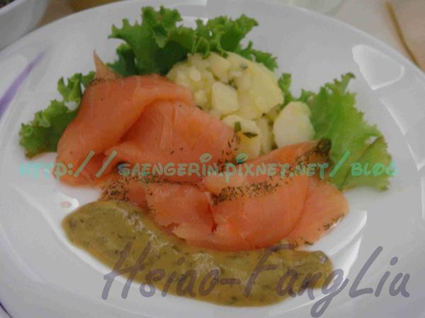 Frankfurt-Taopei商務艙午餐前菜好吃的燻鮭魚.jpg