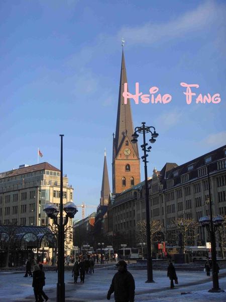 Hamburg市中心一角,兩教堂併排.jpg
